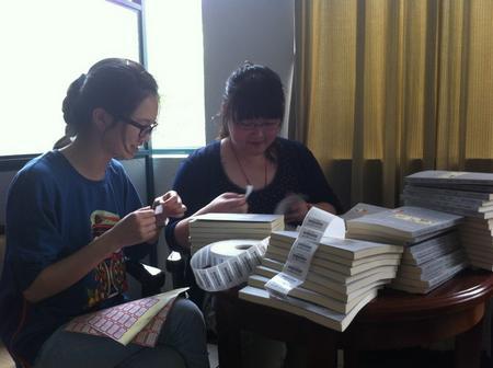 展现大学生风采——文海中学图书馆志愿者活动图片