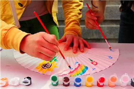 同学们在扇子上画画宣传人员教同学们折纸花-灵动的工美艺术 记院青